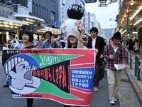 青年の暮らし守れデモ行進