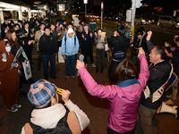 穀田議員(右端)の勝利に奮闘する青年(12月7日)