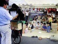 地蔵盆で防災紙芝居を披露する太田氏