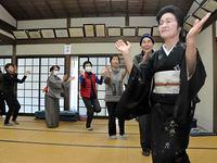 練習会で舞踊家から振り付けを学ぶ住民