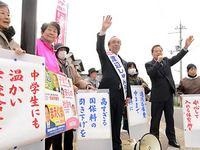 市の税金使途を批判する日本共産党の前窪義由紀府議と渡辺俊三市議