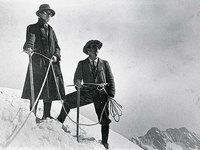 《ユングフラウ頂上に立つ加賀正太郎》1910年 ©加賀高之 7×4.8cm