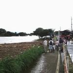 大雨特別警報下、あふれる桂川