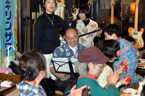 沖縄の文化、たたかいに心寄せ つどいで福山和人弁護士が三線披露