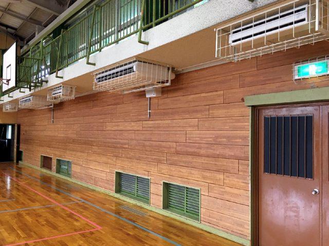 八幡市 「涼しくなった」と喜びの声 学校体育館にエアコン整備 市議会文教委が視察