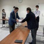 宇治田原町 小学校統廃合計画は白紙に 住民組織が要望書 署名1328人分も提出